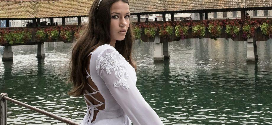 Kobieta w sukni weselnej